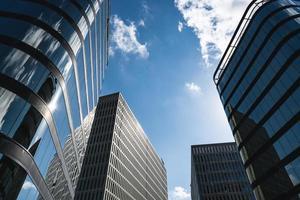 brede kijkhoek van verschillende kantoorgebouwen foto