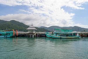 zee met vissersboten en blauwe lucht foto