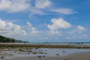 zee met stenen en blauwe lucht foto