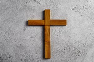 religieus kruis gemaakt van domino hout foto