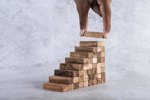 stapelen van houten blokken foto