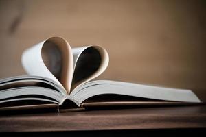 pagina's van een boek die de vorm van het hart vormen foto