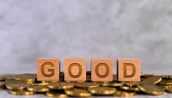 alfabet houten kubusletters geplaatst op gouden munten