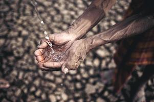 oudere man blootgesteld aan regenwater bij droog weer