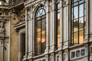 traliewerk ramen van een neoklassiek gebouw