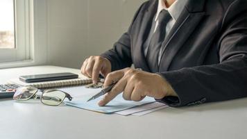 zakenman die rekeningen en bedrijfsinkomsten, het concept van financieel beheer en financiering controleert