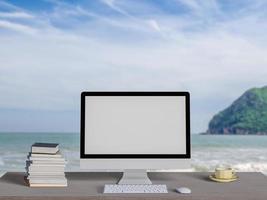 bespotten leeg scherm computerdesktop op tafel met zeegezicht achtergrond, 3D-rendering