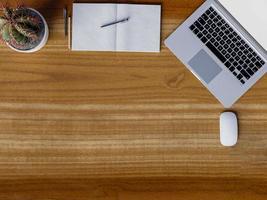 bovenaanzicht van werkruimte op houten tafel foto