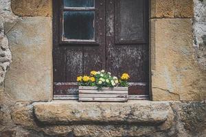 oud landelijk raam met een houten pot