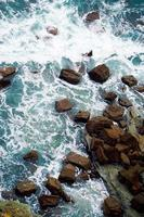 rotsen en golven in de zee aan de kust in bilbao, spanje