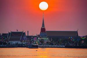 bangkok, thailand, 2020 - tempel van bangkok onder kleurrijke zonsondergangbezinning op rivier
