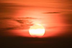 oranje zonsondergang en wolken foto