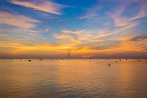 oranje zonsondergang met blauwe hemel foto