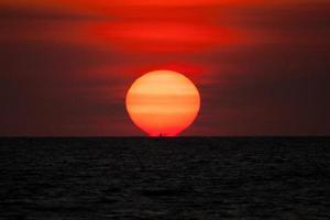 vergrote zon bij zonsondergang foto