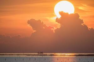 oranje zonsondergang over een watermassa foto
