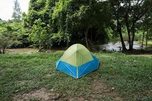 tent op groen gras