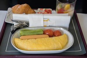 vliegtuig ontbijt dienblad foto