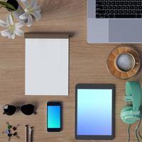 bespotten werkplek op tafel met smartphone en tablet foto