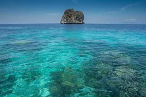 tropisch water en rotsen foto