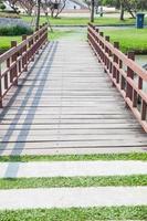 houten brug in een park