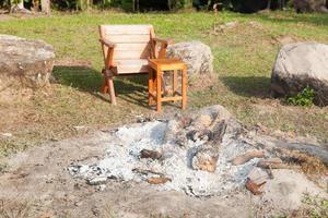 fauteuil naast de kampvuurplaats foto