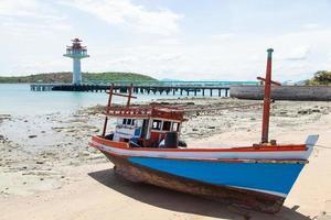 vissersboot afgemeerd op het strand in Thailand foto