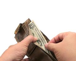persoon die geld uit een portemonnee haalt