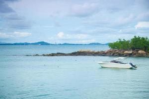 boot afgemeerd op zee in Thailand foto