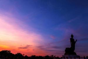 Boeddhabeeld in Thailand, bij zonsondergang