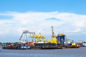 schip en vrachthaven in Bangkok, Thailand foto