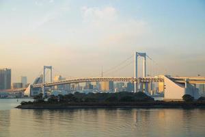 regenboogbrug in odaiba, tokyo in japan foto