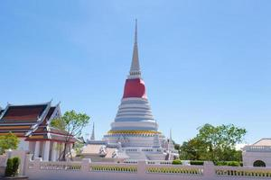 grote witte pagode in Thailand foto