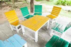 veelkleurige houten tafel en stoelen