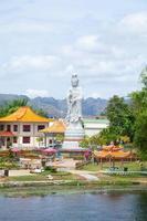 guan yin standbeeld in thailand foto