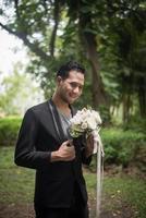 mooi boeket in de handen van de bruidegom voor bruid foto