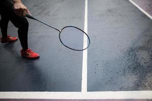 jonge man badminton buiten spelen foto