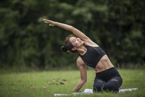 vrouw doet yoga in het park foto