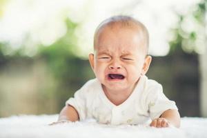 babyjongen huilen foto