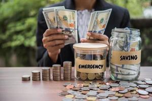 vrouw contant geld tellen aan een tafel buitenshuis foto