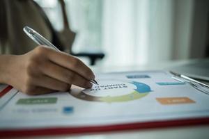close-up van een bedrijfspersoon die financiële grafiek bekijkt