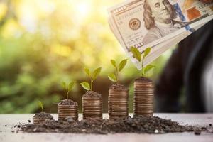 een stapel munten met dollars en aarde