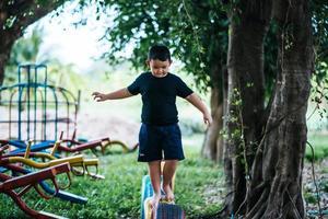 kind loopt op banden op de speelplaats foto