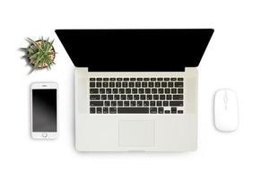 witte achtergrond met laptop, smartphone en notebook foto