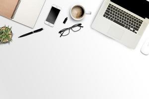 witte achtergrond met laptop, smartphone en notebook