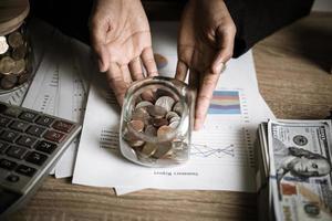 zilveren munten en bankbiljetten foto