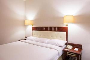 standaard witte slaapkamer in hotel