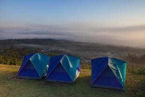 blauwe tenten op een berg