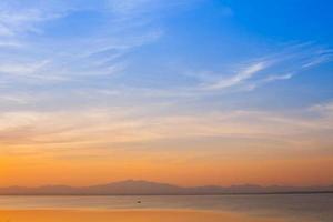 oranje zonsopgang in een blauwe hemel foto