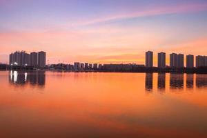silhouetten van wolkenkrabbers bij zonsondergang foto