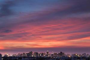 nachtlandschap van een stad bij zonsondergang